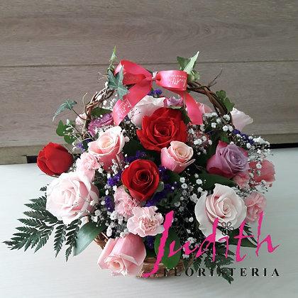 T7- Canasta en rosas surtidas