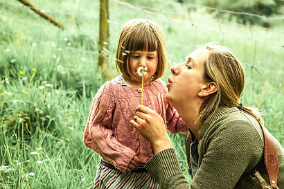 mother child, portrait photography, dandelion clock, country family, family scene,