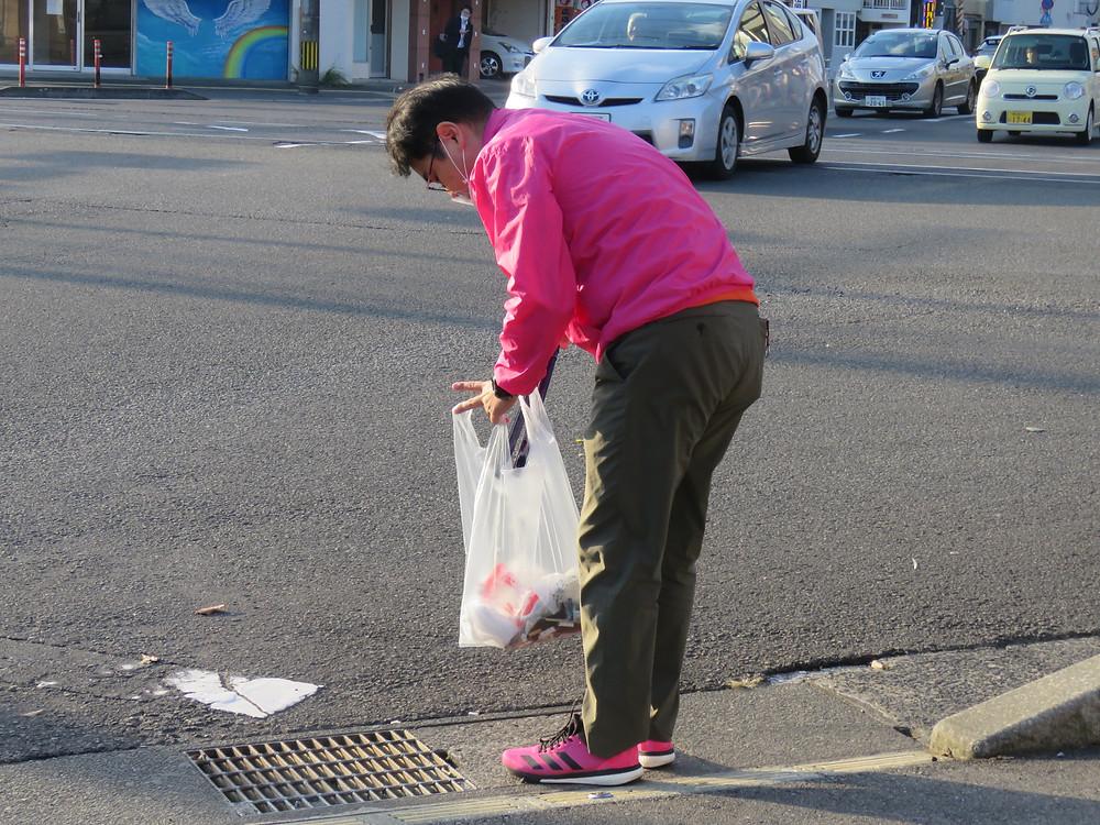 やすおか宏武 中郡交差点辻立ち、ゴミ拾い