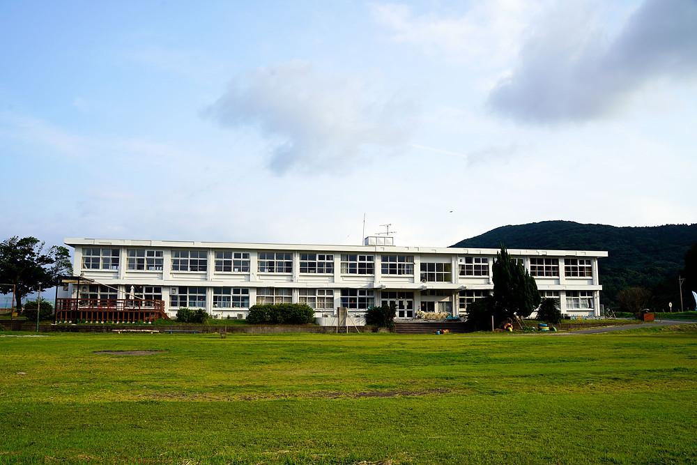 錦江湾に面した旧菅原小学校 すぐ目の前が海