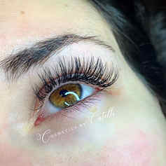 Brown eyes and fluffy lashes make the pe