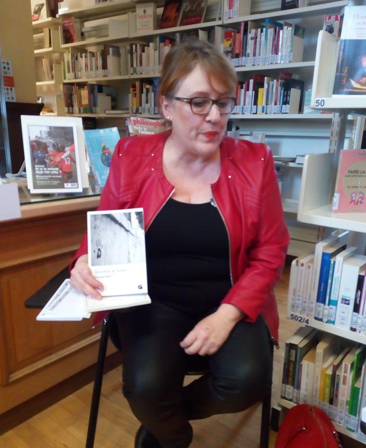 En conférence dans une bibliothèque