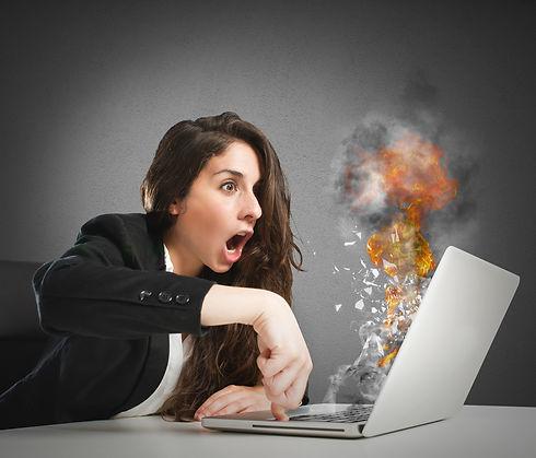 femme-ordinateur-feu.jpg