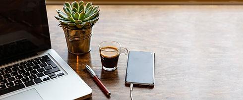 bureau-ordinateur-cafe.jpg