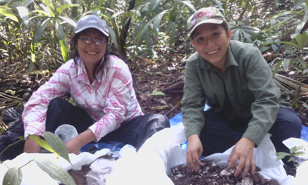 Shanelly from the UB Environmental Research Institute and Beisit of Peru's Universidad Nacional de San Juan Abed del Cusco of  in the field.