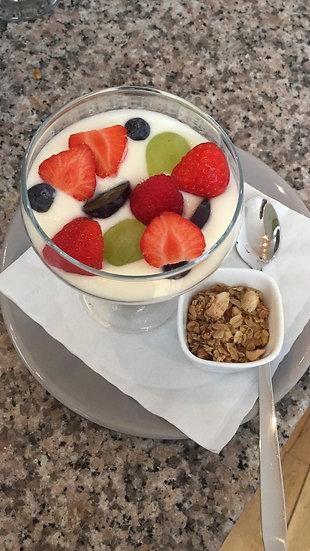 Yoghurt met granola en vers fruit