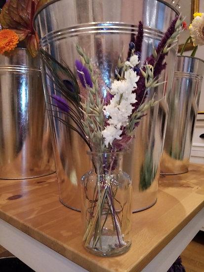 Melkfles met droogbloemen