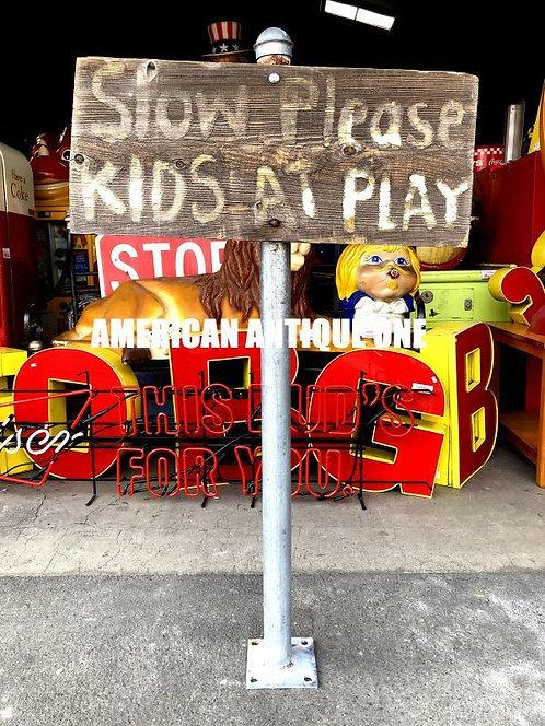 これぞアメリカの田舎町^^; 直輸入 大型127cm 「子供が遊んでいるので、ゆっくり走ってく下さい!」 木製看板