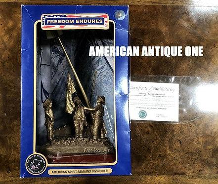 アメリカスピリット 英雄オブジェ 2001年9月11日 星条旗を上げる消防士 証明書、正規ボックス付 USA直輸入