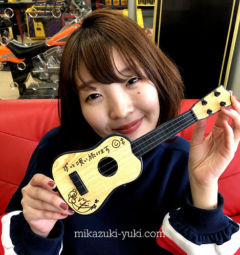 YUKIのお気に入りおもちゃのギター① 直筆サイン&メッセージ入り