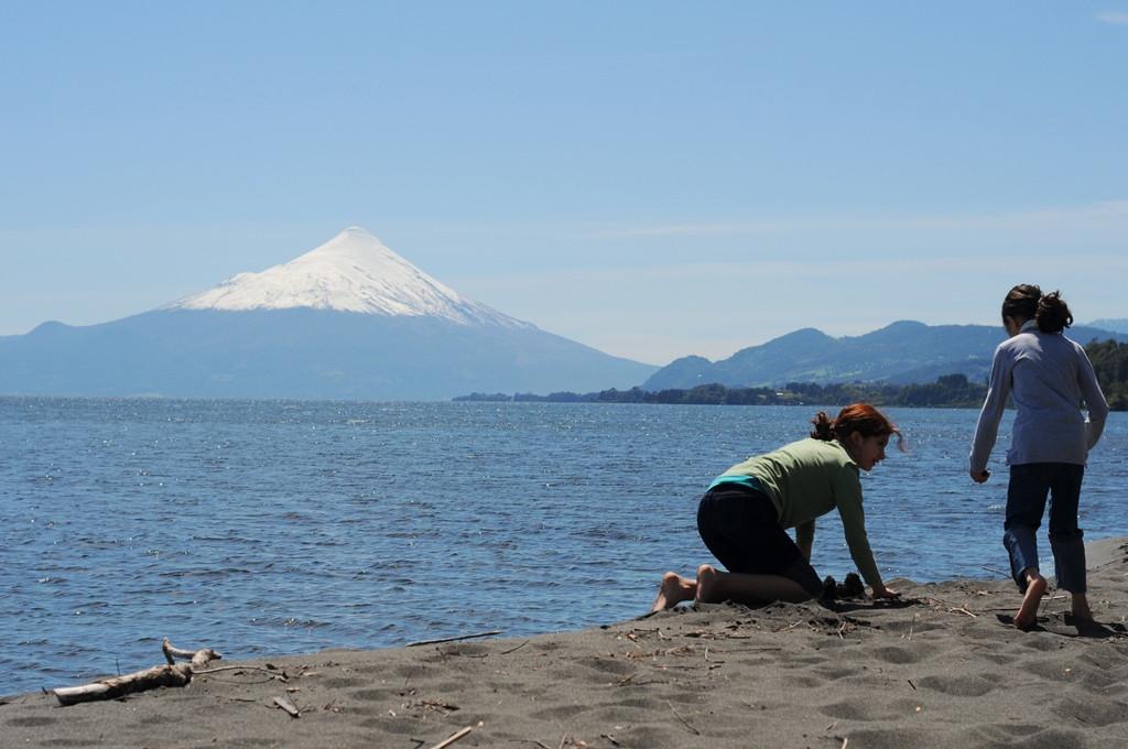 Playa de arena vista a volcanes.JPG