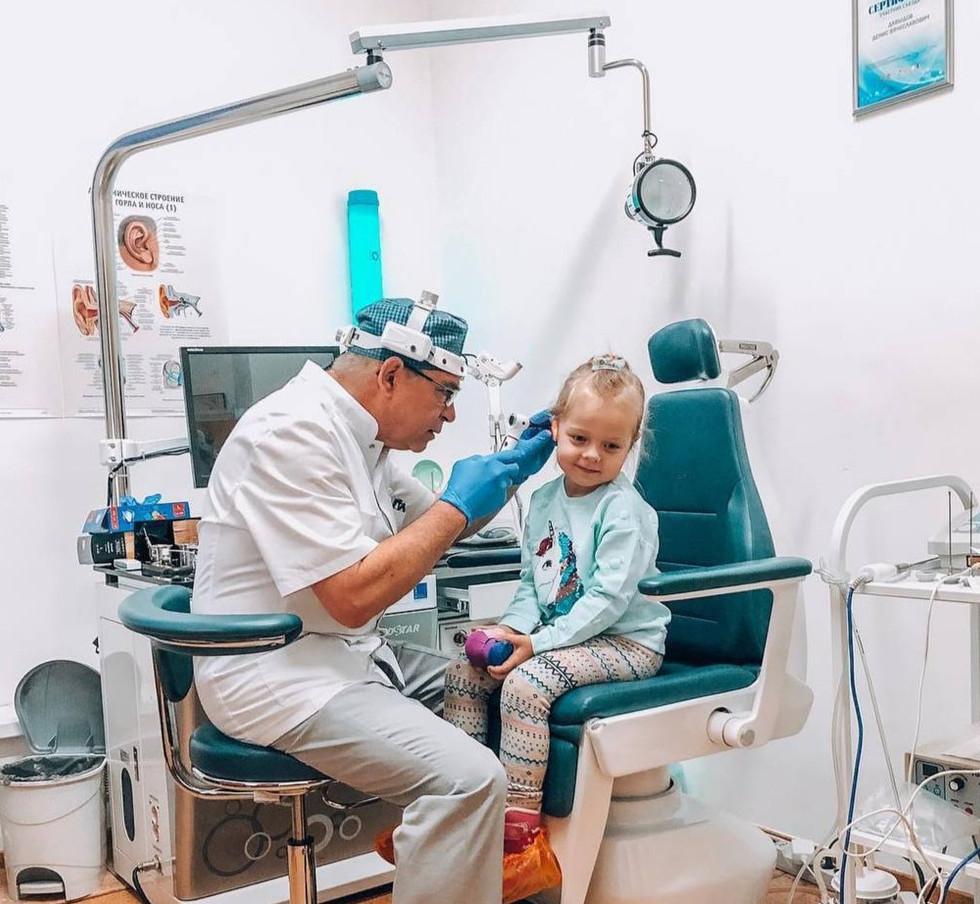 Врач-оториноларинголог, к.м.н.  Игорь Викторович Ельков