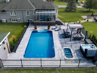 Aménagement paysagé d'une cours arrière avec piscine