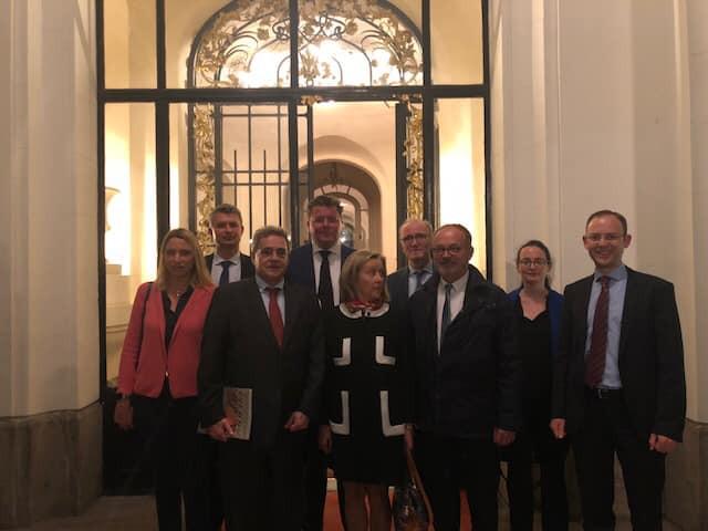 Avec l'ambassadeur français en Autriche François Saint-Paul à la sortie de l'ambassade de France