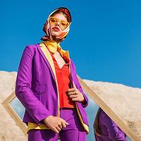 Modelo en ropa de colores