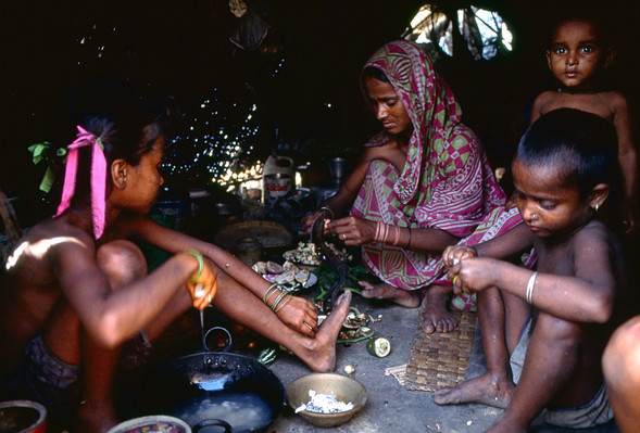Dignity in poverty, Dhaka railway slum family