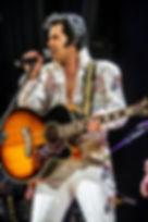 Elvis Cover reaizando show em São Paulo