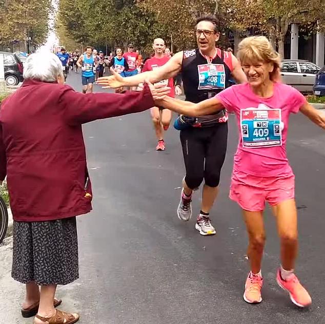 Heartwarming moment Italian grandma enthusiastically high fives marathon runners