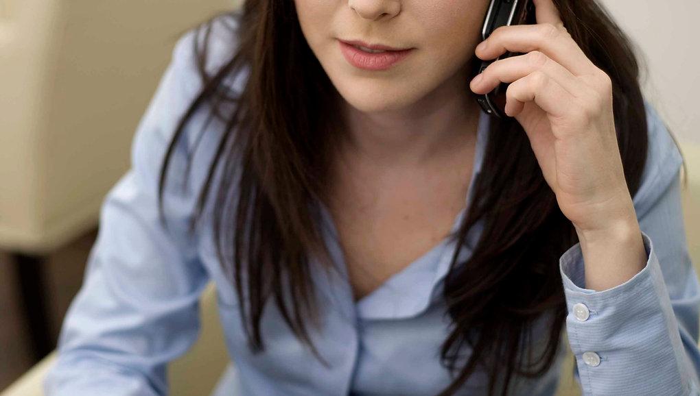 Angestellterin telefoniert