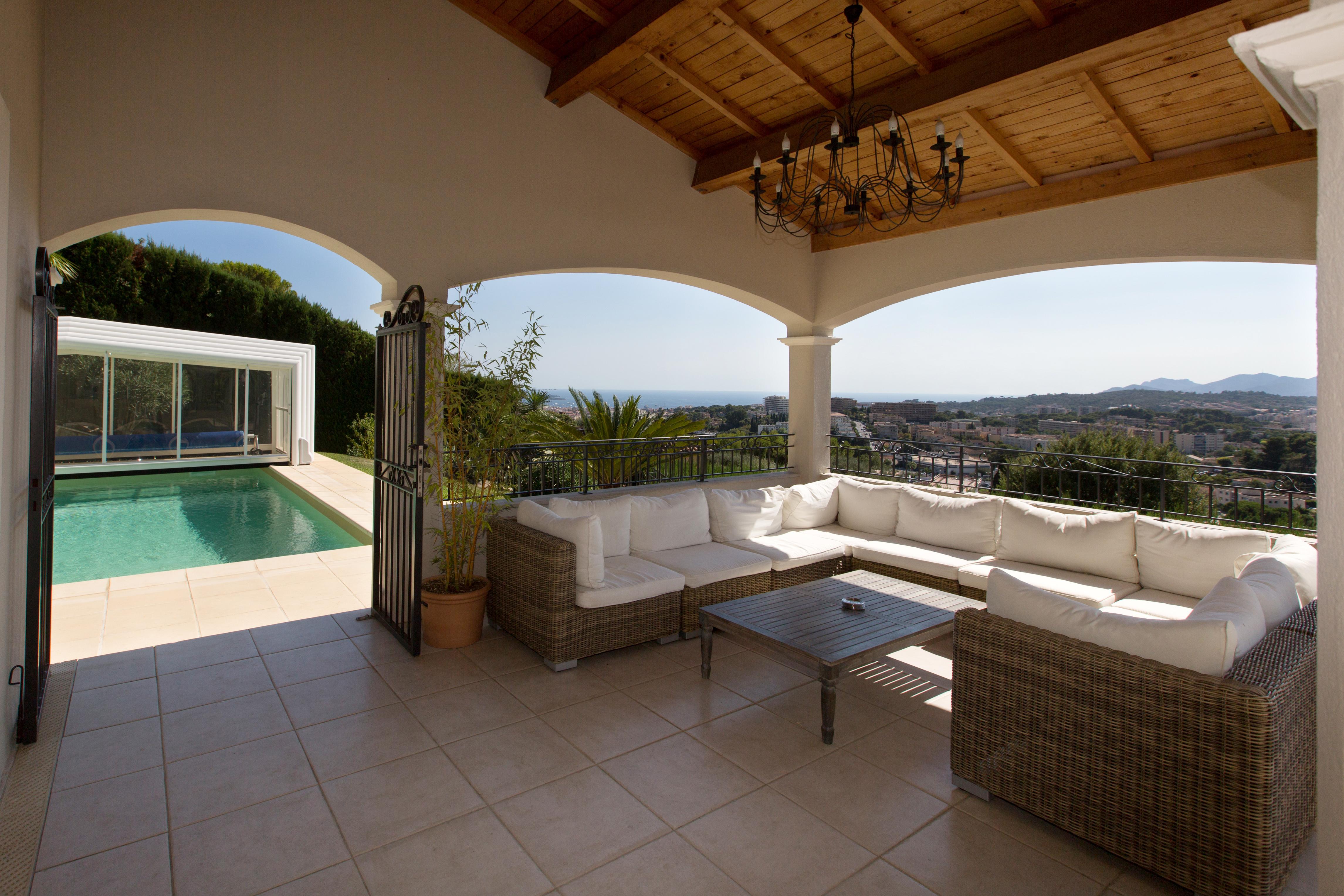 Terrasse étage vue mer et piscine