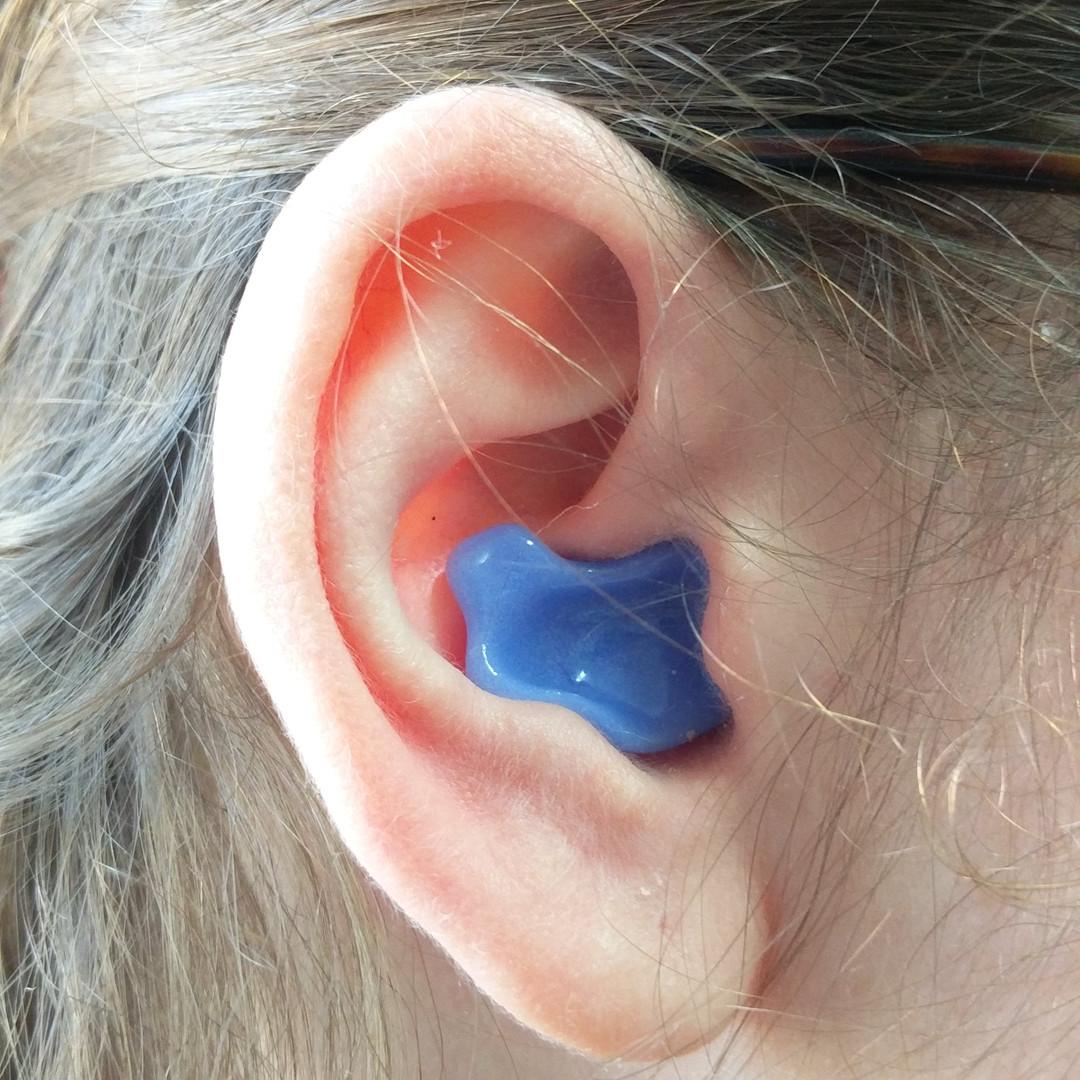 אטם לשינה כחול בתוך האוזן