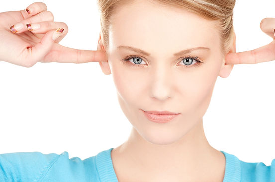 אשה סותמת את האוזניים