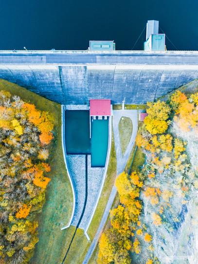 -- přehrada Klíčava --   Přijel jsem tam za podzimní přírodou, vyletěl nakonec za betonovou věčností. Nebo spíš lidským pokusem o věčnost...