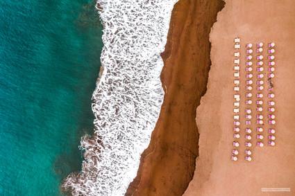 -- Pláž Taurito, Gran Canaria --  Ráno před Štědrým dnem. Odletěl jsem se na tu pláž schovat před pražským vánočním šílenstvím a pracovními otazníky. S sebou jsem měl létající želvičku, české prosincové bolení v krku, bez kterého by Vánoce byly o něco ošizené, a vánoční cukroví od mámy. Toto pak byla jedna z posledních vzdušných fotek, odpoledne vyhráli racci nad dronem krátký útesný vzdušný souboj a já se díky tomu po Štědrém dnu seznámil s pár kanárskými horolezci.    Šťastné a veselé!