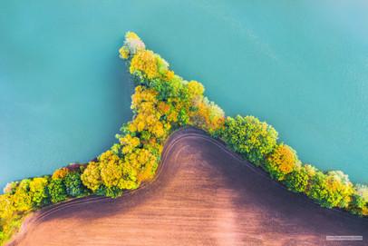 -- Slepé rameno Labe u Ostré --   Ostrá se určitě jmenuje podle ostrých hran polností a ostře nekompromisní barvy Labského závrutu v podzimním světle. A celý ten kraj je krásný vlastně jen s nadhledem. Ze země ho snadno přehlédnete.   Nadhlédejme!