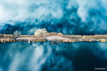 -- Hráz Velkého Ústavního a Dolního Rybníka, Vodňany --  Hranice mezi vodami, příčka mezi světy, stairway in heaven a ze země úplně utajená čára mezi nenápadnými vodami, lesíky a krajem města. Ta jihočeská rybníkářka si ji kdysi načrtnula na plánek, aby to udělalo o pár století později hezký obrázek zeshora.   (Taky to mohl být chlap, dobře.)