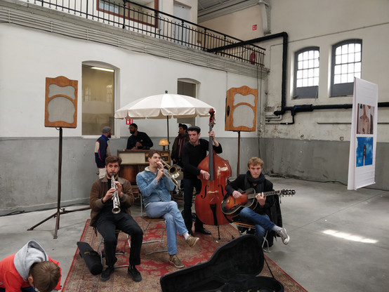 Le Triporteur together with a live band