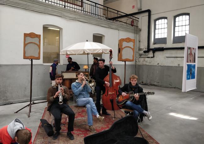 Le Triporteur as background music