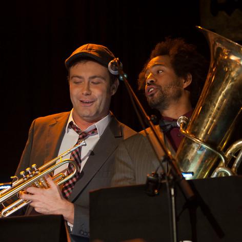 Keine Angst, er ist kein Schwerenöter, keine Angst, er ist kein Frauenheld - er ist nur ein armer Jazztrompeter, mit viel Herz und viel zu wenig Geld.
