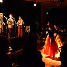 Cuerdos Vocales con bailarinas