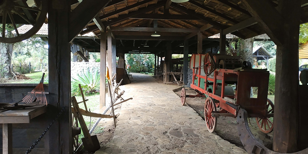 Galpão que liga a casa antiga ao Castelinho Caracol. Ferramentas e equipamentos agrícolas utilizados pelos primeiros moradores. Gramado RS