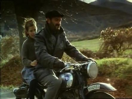 「オートバイの後ろ」