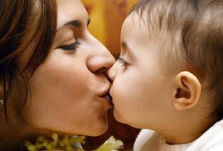 Beijar na boca de bebês, pode?