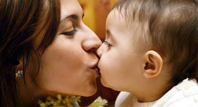 Mãe beijando seu filho