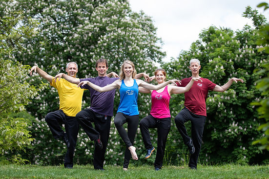 """Wörtlich übersetzt bedeutet Liu Shi Gong """"Sechs-Stile-Übungen"""". Jede der sechs Übungen stammt aus einem anderen alten Qigong-System. So bringen die Bewegungen unterschiedliche Aspekte und Blickwinkel auf die weite Welt des Qigong mit sich."""