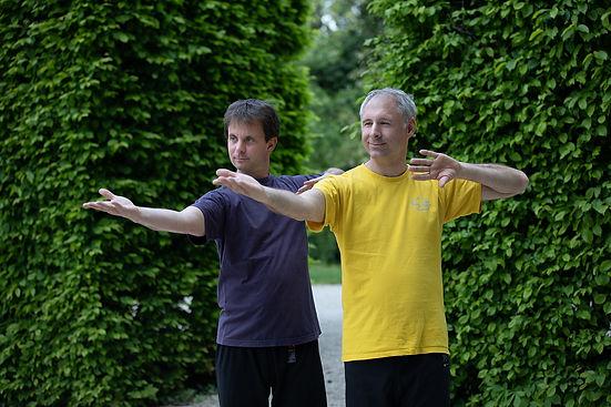 Ausgehend von einer stetig schwingenden Wirbelsäulenbewegung werden die Arme im Rhythmus der Atmung ein- und auswärts gedreht, gleichzeitig beugen und strecken die Arme, so entstehen spiralige Bewegungen. In weiterer Folge werden die Beine miteinbezogen und der Oberkörper wird phasenweise gedreht, sodass der ganze Körper rhythmisch zu pulsieren beginnt. So werden die Elastizität und die Geschmeidigkeit des Organismus spürbar erhöht.