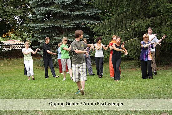 """""""Qi-Walking"""" dient zur Stärkung des betreffenden Organs. Dies erklärt auch die betonte Einatmung. Es wird in der Grundvariante und in den fünf Varianten der Funktionskreise jeweils bis zu 20 Minuten geübt. Damit sind Übungszeiten von über einer Stunde keine Seltenheit."""