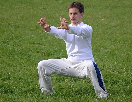 """In einfachen Übungen aus dem """"harten-weichen"""" Qigong werden Aspekte von Kraft, Muskelaufbau, geistigem Fokus und Aktivierung geübt. Die Form hat Ihren Ursprung im buddhistischen Shaolin-Kloster, welches in der Provinz Henan im Herzen Chinas liegt."""