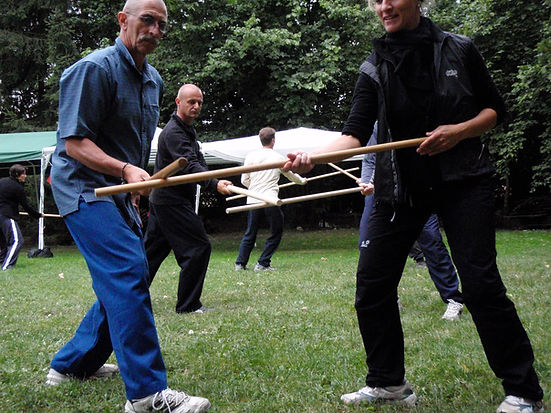 Der chinesische Langstock ist eine traditionelle Waffe des Taiji Quan mit großer Reichweite. So lernen wir, unser Energiefeld auszudehnen und mit der Konzentration in die Ferne zu gehen. Die Form kann auch mit einem Partner geübt werden.