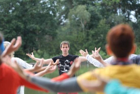 Die 6 Heilenden Laute (Liu Zi Jue) sind bekannte daoistische Qigong-Übungen mit Stimmeinsatz. Für jedes Organ gibt es einen bestimmten Ton sowie eine einfache Bewegung zur Harmonisierung und Reinigung. Die Übungen werden sowohl zur Vorbeugung, als auch zur unterstützenden Behandlung von Krankheiten eingesetzt.