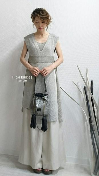 ■ニット アオザイをイメージしたニット。 シャネル(CHANEL)で使われていた糸を使用しています。  ¥67,500(税抜)   ■Bag 巾着Bag ワンハンドルのBag・ 斜め掛けポシェットとしても使えます。  巾着のきゅっ♪とする紐の部分はリッチに革のタッセルでふさふさ♪  参考価格 ¥39,000~(税抜)