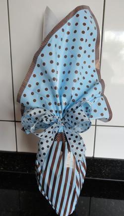 Embalagem azul com bolinhas pretas