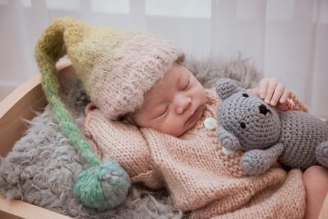 讓寶寶感受到安全,寶寶也會用最舒服的姿態回應喔。拍攝時,寶寶在輕柔的過程中,自然而然幸福地睡著,這份幸福,也傳染了整個畫面之中。