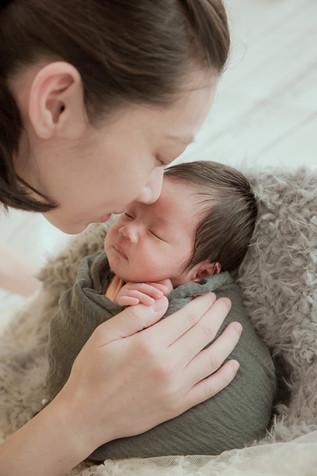被緊緊包裏的寶寶,蜷曲的姿態像是還在媽媽肚子裡的模樣,就算離開媽媽的肚子,愛的牽絆一直都在;這樣轉瞬即逝的時刻,更應該好好的紀錄下來。