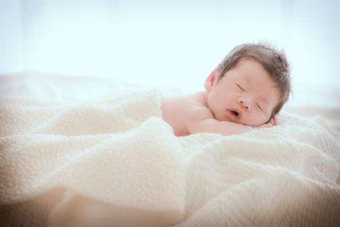 在安撫師的巧手之下,寶寶靜靜的睡著,世界也為之沉醉,攝影師悄悄的補捉這一刻的寧靜,寶寶啊,你正在編織著一個甚麼樣的夢呢?