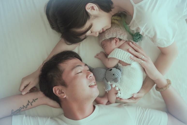 讓爸爸的肩膀扛起你們;讓媽媽守護一整個家,攝影師用小小的畫面,縈繞出幸福的故事。